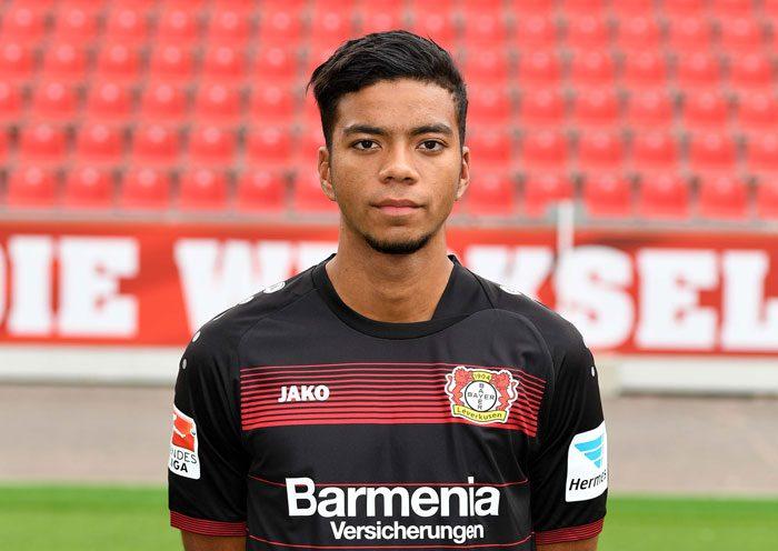 Benjamin Henrichs im Leverkusen Trikot im Sommer 2016. / AFP PHOTO / PATRIK STOLLARZ