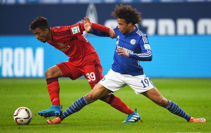 Leverkusen's Benjamin Henrichs und noch-Schalke Spieler Leroy Sane am 23.April 2016 in der Bundesliga. / AFP PHOTO / PATRIK STOLLARZ