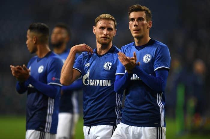 Benedikt Hoewedes (links) und Leon Goretzka (R): hier noch im Schalke Trikot. Während Höwedes schon längst Richtung Juventus Turin verschwunden ist, wird Leon Goretzka ablösefrei die nächste Saison im Bayern-Trikot spielen. / AFP PHOTO / PATRIK STOLLARZ