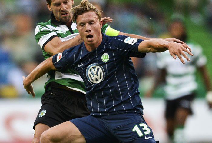 Sporting Lissabons Adrien Silva (L) gegen Wolfsburg's Yannick Gerhardt (R) am 30.Juli 2016. / AFP PHOTO / PATRICIA DE MELO MOREIRA