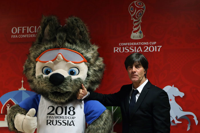 Bundestrainer Joachim Löw neben Zabivaka, dem Maskottchen der WM 2018,bei der Confed-Cup Auslosung in Kazan am 26.November 2016. / AFP PHOTO / Roman Kruchinin