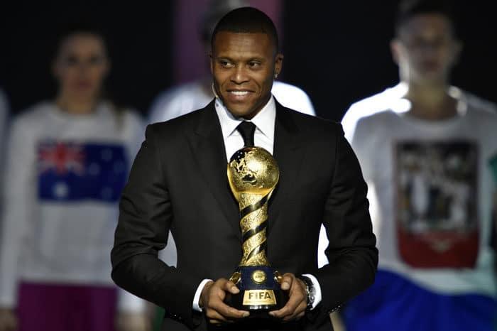 Der Brasilianer Julio Baptista mit der Confederations Cup trophy. AFP PHOTO / Alexander NEMENOV