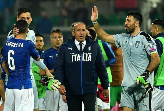 Italiens Torhüter Gianluigi Buffon (R) feiert sein 1.000 Pflichtpsiel - Italiens coach Giampiero Ventura ist zufrieden mit dem 2:0 Sieg gegen Albanien in der WM 2018 Qualifikation(C) / AFP PHOTO / ALBERTO PIZZOLI
