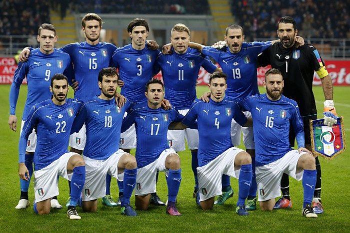 Die Startaufstellung von Italien gegen Deutschland am 15.11.2016. MARCO BERTORELLO / AFP Foto