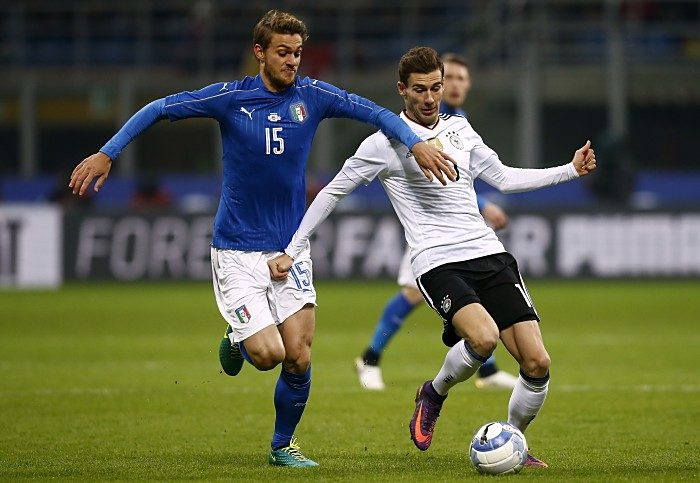 Italiens Daniele Rugani (L) gegen den Schalker Leon Goretzkaam 15. November 2016 at the 'San Siro Stadium' in Milan.  / AFP PHOTO / MARCO BERTORELLO