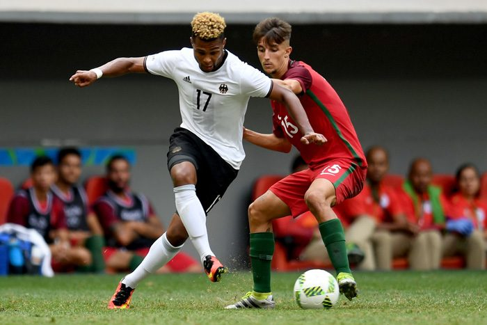 Neu dabei: Serge Gnabry (L) gegen Portugal's Spieler Fernando in Rio 2016 am 13. August 2016. / AFP PHOTO / EVARISTO SA