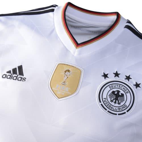 Ein Replica Deutschland Trikot 2017 - deutlich zu sehen die Stickereien
