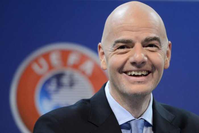 UEFA Generalsekretär Gianni Infantino erhöht die Teilnehmer von 32 auf 48 bei der WM 2026. / AFP / FABRICE COFFRINI