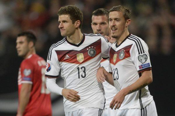 Müller und Kruse im WM Trikot 2014 nach dem Titel mit dem 4.Stern und dem FIFA Badge (Foto AFP)