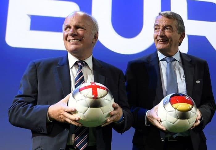 Englands Fußballchef Greg Dyke (L) mit dem DFB-Präsident Wolfgang Niersbach bei der Verkündung der Austragungsorte der EURO 2020 - Wird Deutschland die EM 2024 ausrichten? ( AFP PHOTO / FABRICE COFFRINI)