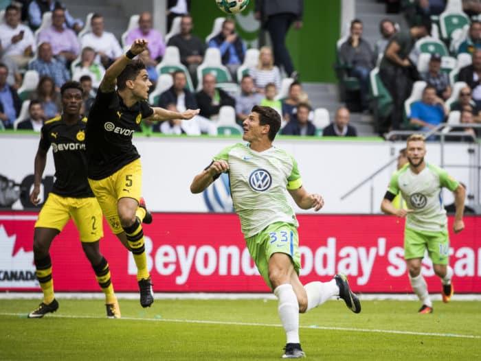Dortmund´s Marc Bartra gegen Wolfsburg's Mario Gomez (2nd,R) am 19. August 2017. / AFP PHOTO / Odd ANDERSEN
