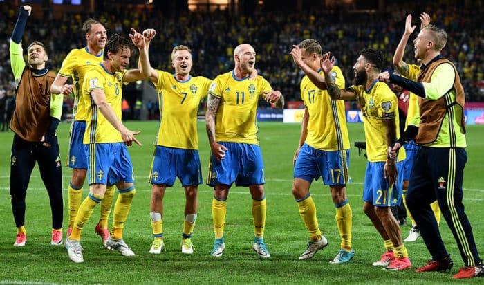 Schwedens Spieler feiern den Sieg gegen Frankreich in der WM 2018 Qualifikation am 9.Juni 2017 in Solna, Schweden. AFP PHOTO / FRANCK FIFE