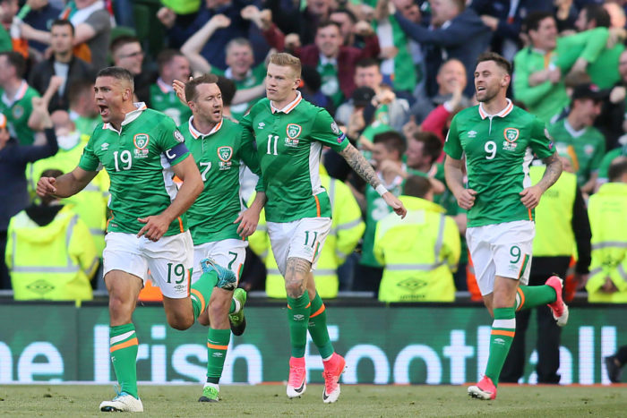Irlands Stürmer Jonathan Walters (L) feiert sein Tor gegen Österreich im Aviva stadium in Dublin am 11.Juni  2017. Das Spiel endet 1-1 unentschieden. / AFP PHOTO / Paul FAITH