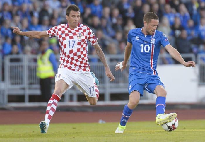 Gylfi Sigurdsson aus Island und Mario Mandzukic aus Kroatien beim FIFA World Cup 2018 Qualifikationsspiel am 11.Juni 2017 in Island. / AFP PHOTO / Haraldur Gudjonsson