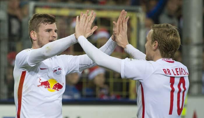 Leipzig's Stürmer Timo Werner (Links) feiert mit dem Schweden Emil Forsberg gegen den SC Freiburg am 25. November 2016. / AFP PHOTO / THOMAS KIENZLE
