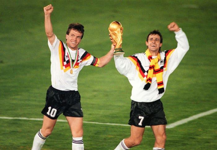 Lothar Matthäus (L) und Pierre Littbarski feiern die Weltmeisterschaft am 08. July 1990 in Rom nach einem 1:0 gegen Argentinien. AFP PHOTO / AFP PHOTO / STAFF