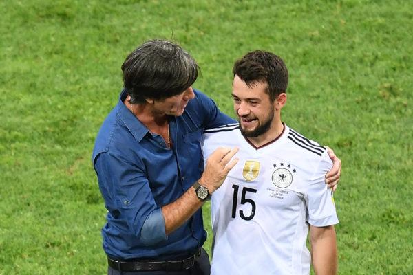Bundestrainer Joachim Löw (L) mit Amin Younes beim Confed Cup 2017 am 25.Juni 2017. Younes trägt die Rückennummer 15 auf dem Confed Cup Trikot 2017 von Deutschland. / AFP PHOTO / FRANCK FIFE