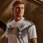 Toni Kroos im neuen DFB Deutschland Trikot 2018 zur Fußball WM 2018 in Russlan (Copyright adidas Presse)