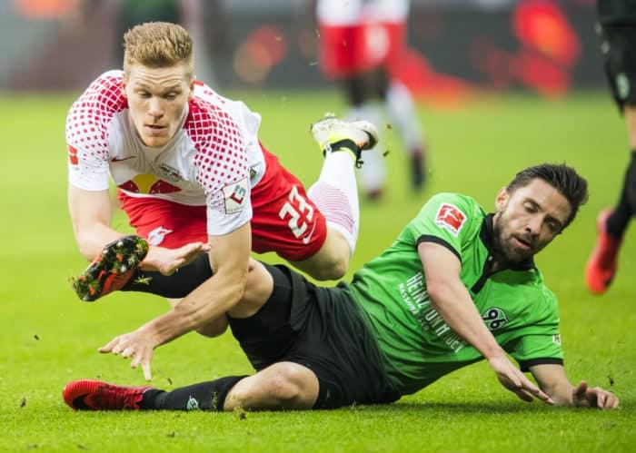 Leipzigs Verteidiger Marcel Halstenberg (L) und Hannovers Julian Korb kämpfen um den Ball im Bundesligaspiel beider Mannschaften am3. November 2017. / AFP PHOTO / ROBERT MICHAEL