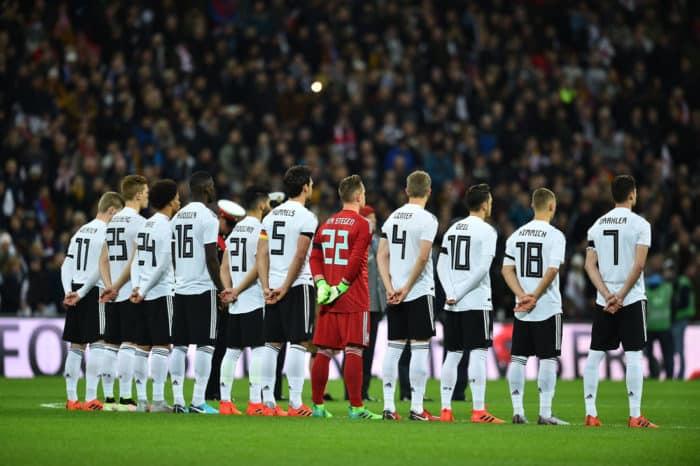 Die neuen DFB Trikots 2018 beim 1.Länderspiel mit dem Trikot in London gegen England. Gut zu erkennen die eckigen neuen Rückennummern. (Foto AFP)
