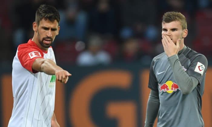 Rani Khedira, Bruder von Sami, in der Bundesliga im Trikot von FC Augsburg gegen seinen Ex-Club RB Leipzig, hier Timo Werner.