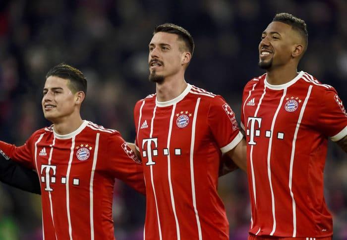 Sandro Wagner (Mitte) im FC Bayern Trikot neben seinen neuen Kollegen Boateng und James (Foto AFP)