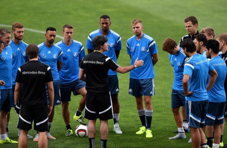 Bundestrainer Jogi Löw und die Nationalspieler im EM 2016 Trainingslager. AFP PHOTO/ FRANCISCO LEONG