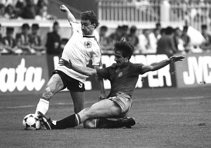 Rudi Völler (L)gegen einen Spanier bei der EM 1984 in Deutschland am 20. Juni 1984. / AFP PHOTO / STAFF