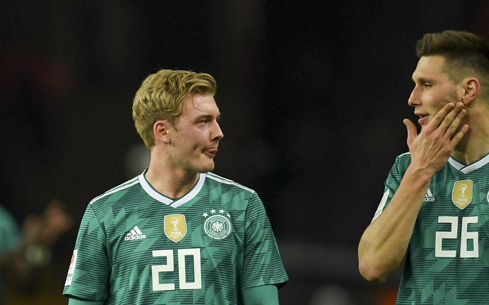 Julian Brandt (Nummer 20) und Niklas Süle (Nummer 26) nach dem Länderspiel gegen Brasilien am 28.März 2018 (Foto AFP)