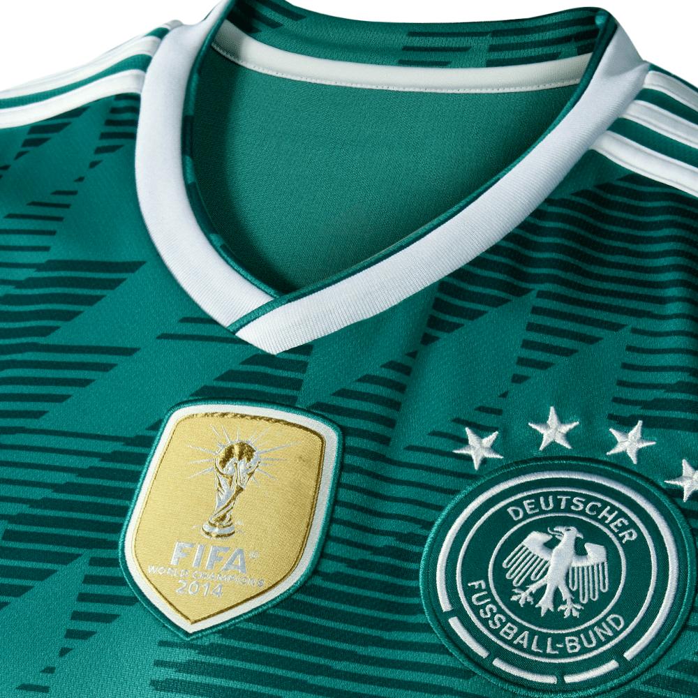 Das neue DFB Trikot Away mit dem goldenen FIFA-Badge und dem Retro-Design von 1990.