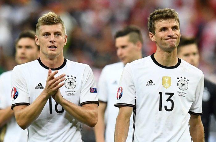 Toni Kroos (links) und Thomas Müller beim Länderspiel gegen Polen bei der EM 2016 / AFP PHOTO / FRANCK FIFE