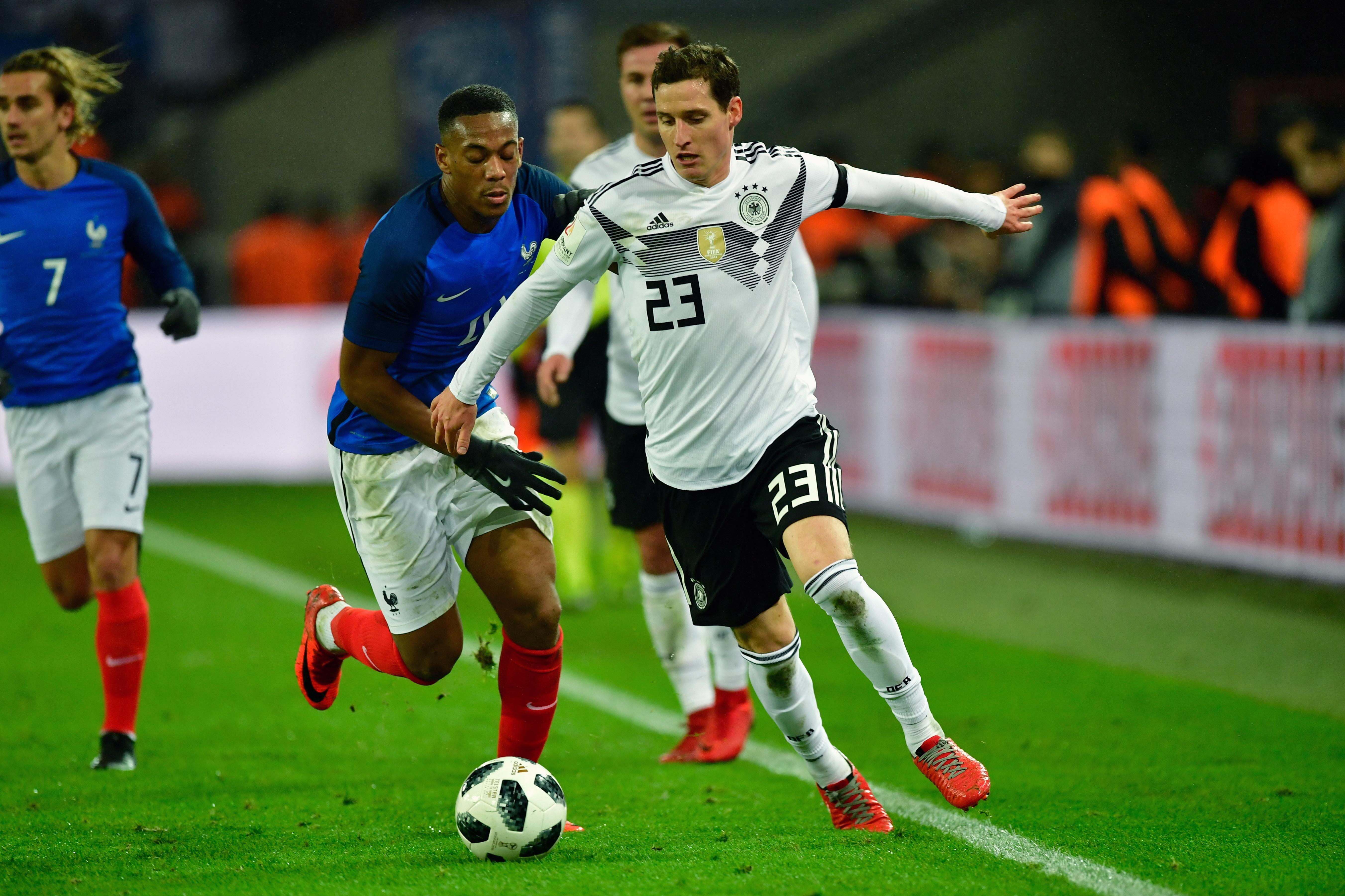 Sebastian Rudy (R) am 14. November 2017 gegen Frankreich im Länderspiel mit der Rückennummer 23. AFP PHOTO / John MACDOUGALL