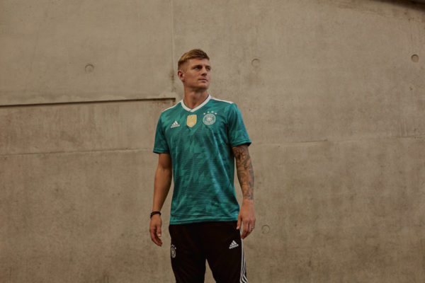 Toni Kroos im neuen Away Trikot des DFB 2018 von adidas.