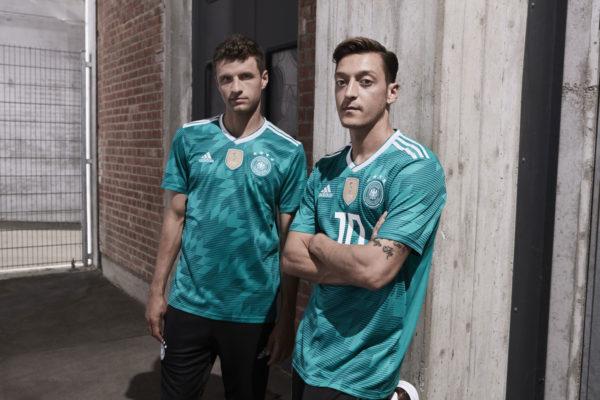 Müller und Özil im neuen grünen DFB Trikot 2018 Away.