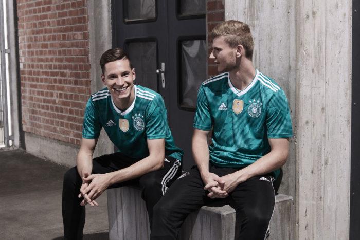 Das DFB Trikot Away in grün getragen von Julian Draxler und Stürmer Timo Werner.
