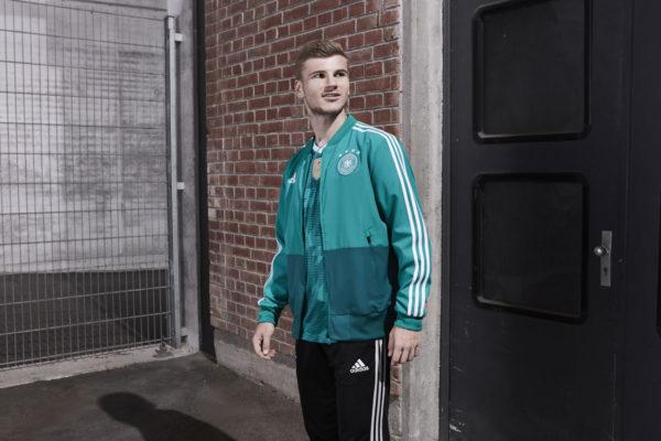 Das DFB Trikot Away mit der neuen Trainingsjacke in grün (Foto adidas)