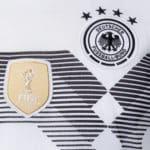Das FIFA Weltmeisterbadge und die vier Sterne auf dem Trikot vom DFB 2018.