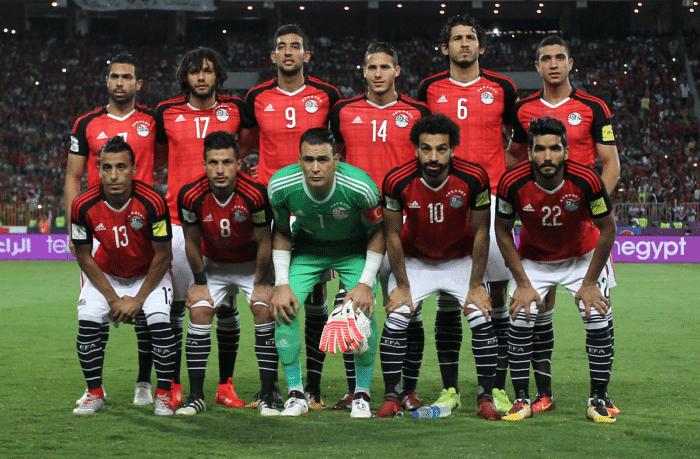Ägypten im roten Heimtrikot von adidas bei der WM 2018 Qualifikation gegen den Kongo am 8.Oktober 2017. Deutlich zu sehen: die sieben Meistersterne für die Afrikameisterschaften. / AFP PHOTO / Mohamed El-Shahed