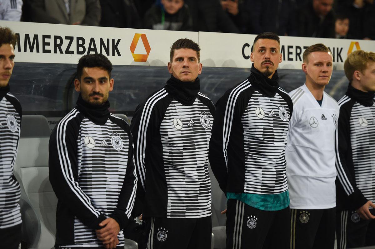 """Die Bank der Nationalmannschaft in langen Pre Match Trikots """"Warm-Up-Swag"""" des DFB 2018."""