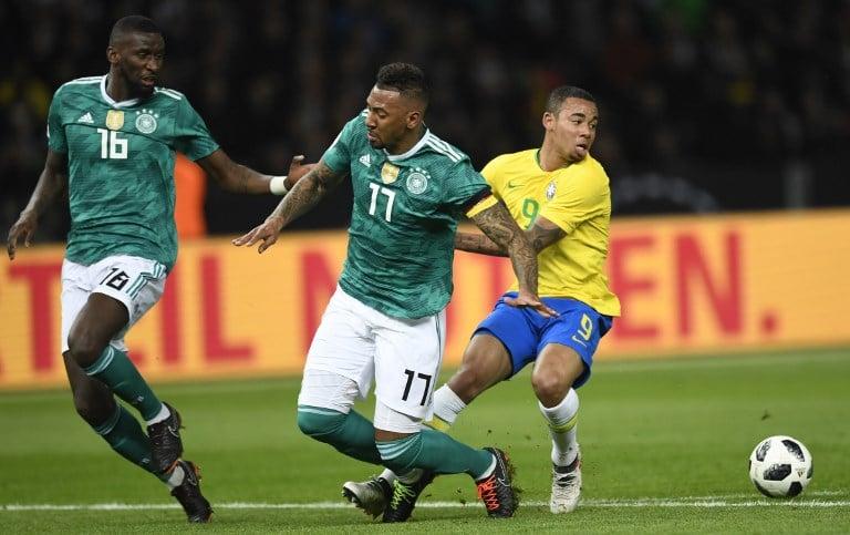 Brasiliens Torschütze zum 1:0 Gabriel Jesus gegen Antonio Rüdiger (L) und Jerome Boateng im neuen deutschen Away-Trikot am 28.März 2018 gegen Brasilien / AFP PHOTO / ROBERT MICHAEL