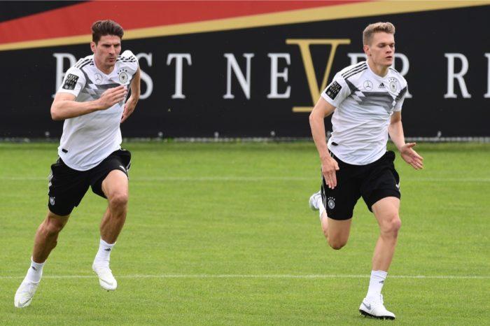 Mario Gomez (Links) und Matthias Ginter im WM-Trainingslager in Südtirol. Beide machen sich Hoffnungen auf eine WMTeilnahme. / AFP PHOTO / MIGUEL MEDINA