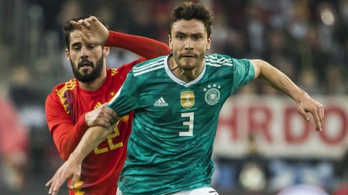 Jonas Hector mit der Nummer 3 im neuen Away-Trikot gegen Spaniens Isco am 23.März 2018. ODD ANDERSEN / AFP