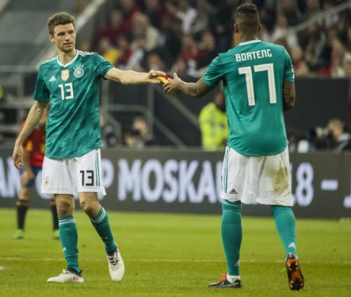 Thomas Müller mit der Nummer 13 im neuen Away Trikot händigt bei seiner Auswechselung gegen Spanien die Kapitänsbinde an Jerome Boateng. AFP PHOTO / ODD ANDERSEN