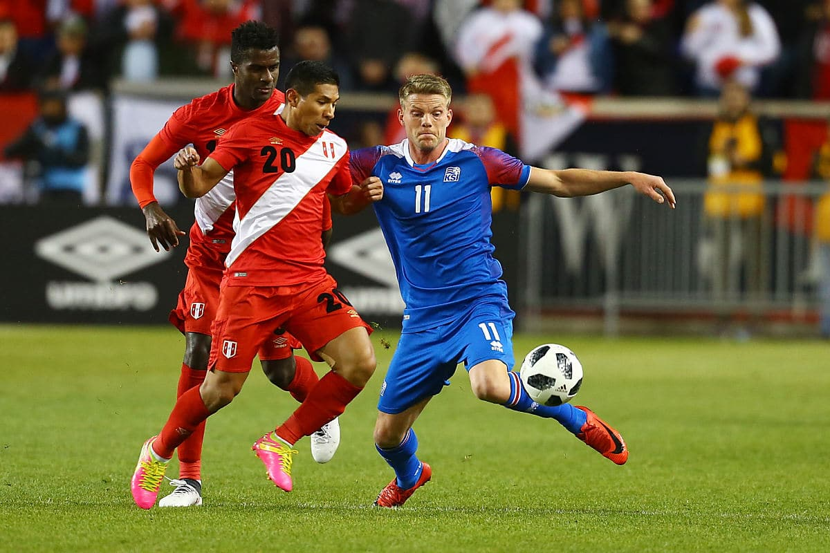 Island im neuen WM Trikot in balu von Errea - hier beim Test-Länderspiel gegen Peru Ende März 2018 (Foto AFP)