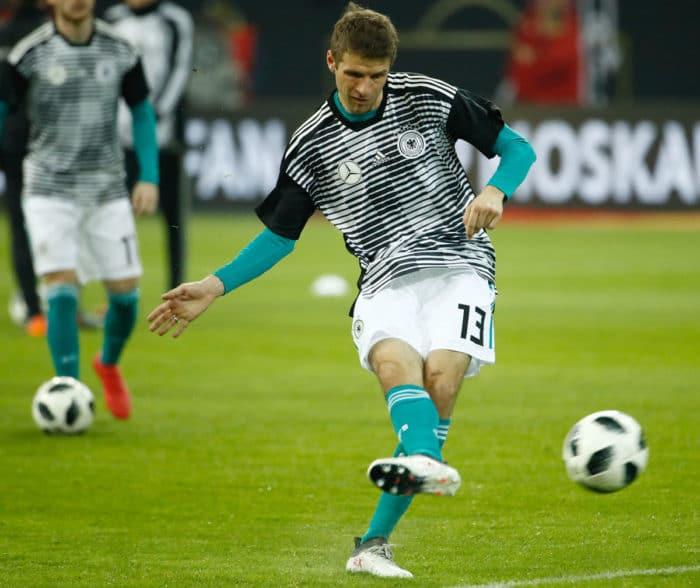 Thomas Müller im neuen Prematch-Trikot vor dem Länderspiel Deutschland gegen Spanien am 23.März 2018, darunter trägt er sein normales grünes Auswärtstrikot von adidas (Foto AFP)