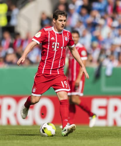 Sebastian Rudy im roten Bayerntrikot im August 2017. / AFP PHOTO / ROBERT MICHAEL