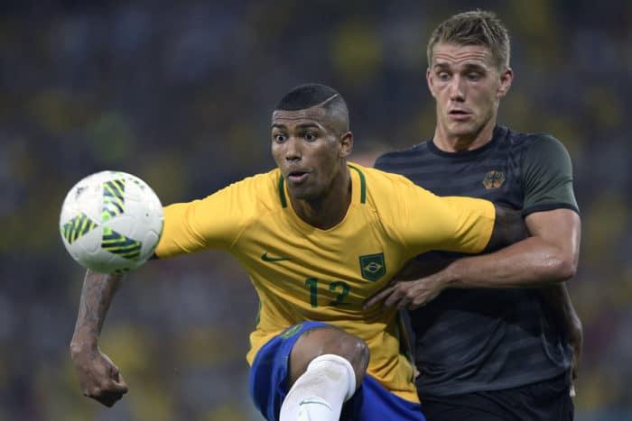 Nils Petersen mit der Rückennummer 18 bei Olympia 2016 – hier im grünen Away-Trikot im Finale gegen Brasilien im Kampf gegen den Brasilianer Walace. (Foto AFP)