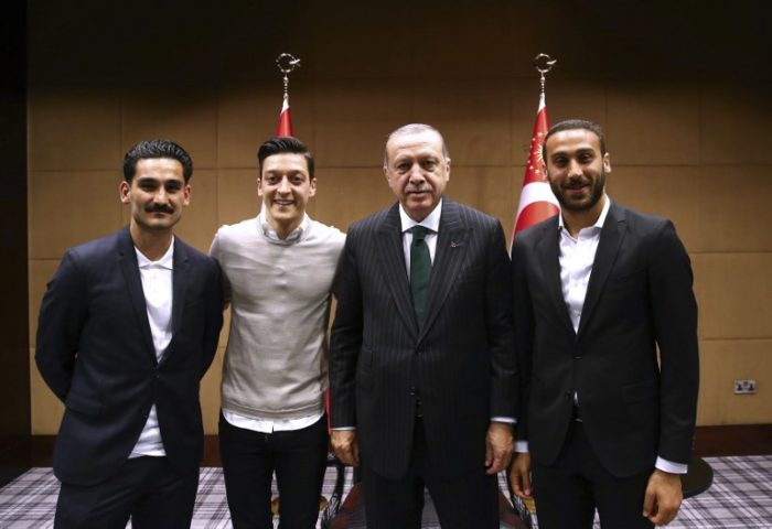 Der türkische Präsident Recep Tayyip Erdogan posiert mit den beiden deutschen Nationalspielern Ilkay Gundogan und Mesut Ozil sowie dem Türken Cenk Tosun (R) in London. / AFP PHOTO / TURKISH PRESIDENTIAL PRESS SERVICE / KAYHAN OZER