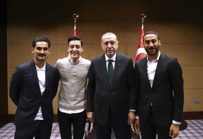 Der türkische Präsident Recep Tayyip Erdogan posiert mit den beiden deutschen Nationalspielern Ilkay Gundogan und Mesut Ozil sowie dem Türken Cenk Tosun (R) in London. / AFP PHOTO / TURKISH PRESIDENTIAL PRESS SERVICE / KAYHAN OZER