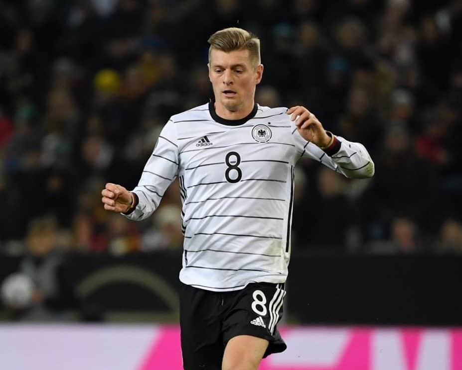 Toni Kroos im neuen DFB Trikot 2020 mit der Rückennummer 8. (Photo by INA FASSBENDER / AFP)